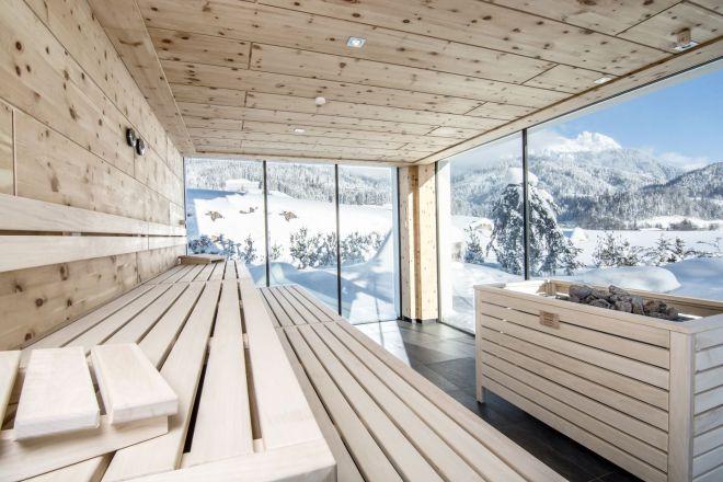 saunaausblick_auf_winterliche_landschaft_puradies